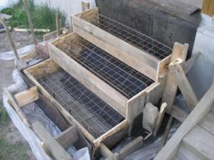 Поверхность бетона разравнивается и укрывается пленкой