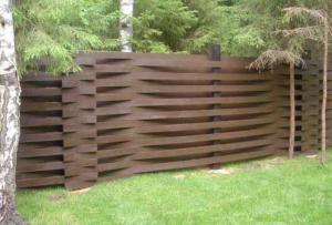 Существует множество вариантов того, как сделать забор.