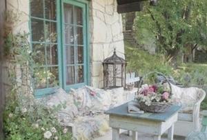 Одним из распространенных вариантов, как украсить веранду на даче, является использование тканей