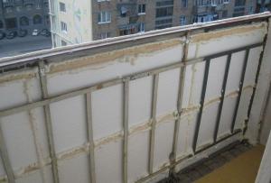 Самыми подходящими материалами, что бы утеплить балкон своими руками, можно считать пенопласт и пеноплекс.