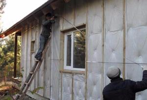 Перед тем, как утеплить стены дома, тщательно просчитайте расходы на различные виды утеплителя