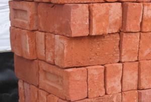 Теперь вам известно, как сделать кирпич своими руками, и вы можете сэкономить на постройке дома