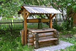 Особое внимание уделите выбору древесины, ведь колодцы из дерева дают небольшой привкус воде