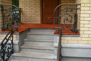 Крыльцо к дому – просто необходимый элемент в частном строительстве.