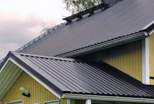 Следующим этапом крыша из профнастила оформиться всевозможными планками