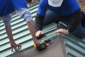 крыша из профнастила монтируется совсем не сложно
