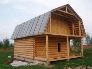 Ломаный периметр крыши дает большое количество преимуществ