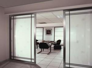 Использование стекла позволяет размещать межкомнатные стеклянные перегородки в квартирах, оформленных в любом стиле, ведь стекло бывает