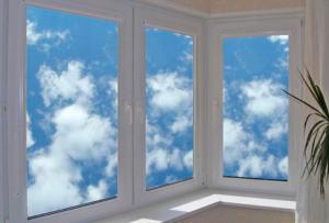 Для качественной установки металлопластикового окна на балкон следует обратиться к профессионалам.