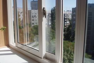 Если вы планируете заказывать алюминиевую лоджию, окна на балкон должны быть толщиной не менее 3 миллиметров.