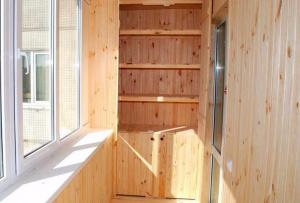 Отделка балкона внутри может быть так же и скомбинирована из нескольких методов, такой прием украсит любое помещение.