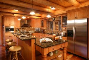 Отделка дома внутри своими руками, также может быть выполнена с помощью декоративной штукатурки, плитки или обоев