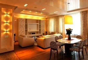 Чаще всего отделка гостиной производится с помощью обоев