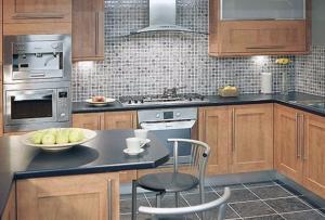 Конечно, отделка кухни может быть выполнена и другими материалами, все будет зависеть от творческого взгляда хозяйки этой кухни