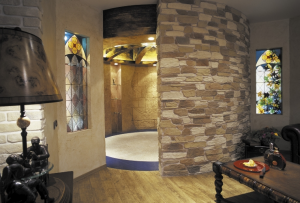 Отделка квартиры камнем особенно выигрышно смотрится в сочетании с электрическим камином