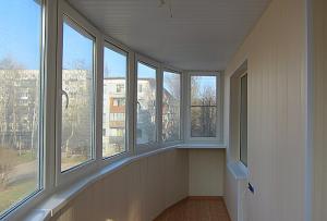 Отделка лоджии панелями позволяет получить дополнительное пространство, пусть и с небольшой площадью