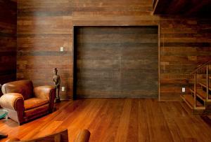 Используя этот материал, очень часто производится отделка комнаты деревом, спальной или гостиной.