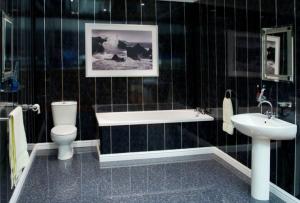 В сравнении с другими вариантами, отделка ванной панелями имеет неоспоримые преимущества.