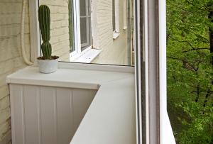 Широкий подоконник на балконе, сделанный своими руками может заменить и письменный стол