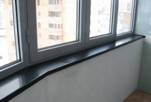 Пластиковый подоконник на балконе можно использовать в самых различных целях, но при монтаже его необходимо дополнительно укрепить