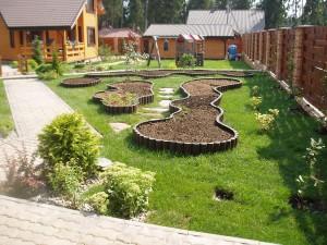 Многие владельцы отказываются от огорода, ограничиваясь садовыми деревьями, кустарниками или просто клумбами с цветами