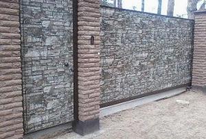 Сам монтаж производится крайне легко и быстро, потому как производители выпускают профнастил под камень в виде уже готового полотна