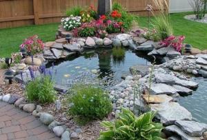 Остается только декорировать пруд на даче камнями, декоративными фигурками, цветами, кувшинками, камышами