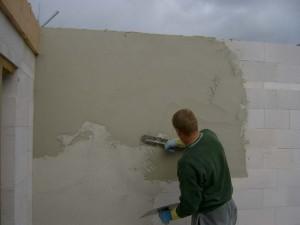Отделка газобетонных стен внутри дома может происходить и без дополнительных конструкций, исключительно с использованием грунтовок.