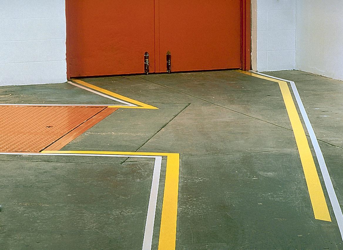 Разметка пола на складе – гарантия рационального использования площади