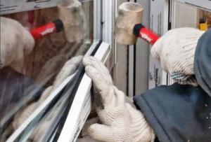 В случае с пластиком, ремонт окон своими руками производится иначе.