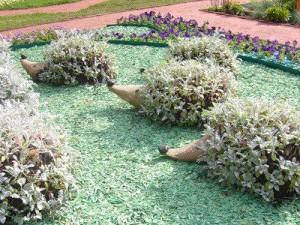 Неотъемлемой деталью дизайна в саду являются дорожки и подсветка