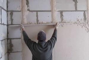 Итак, чем штукатурить стены из пеноблоков внутри? Для начала все неровности, щели и зазоры необходимо заполнить кладочным раствором
