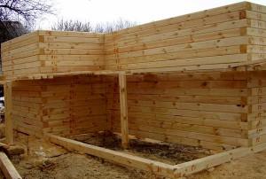 Для постройки из бруса подойдет облегченный фундамент, одновременно с которым нужно постелить гидроизоляцию