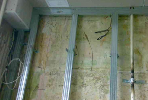 Для строительства стены из гипсокартона на бетонную стену устанавливается каркас