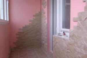 Стены на балконе отделывают очень разными материалами. Они не требуют традиционного подхода, как стены других комнат