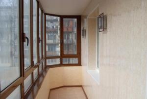 Что бы сделать красивыми и теплыми стены на балконе, может быть использована и декоративная или обычная штукатурка.