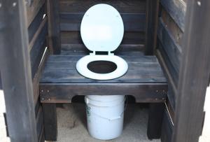 Построить своими руками туалет для дачи можно в виде пудр-клозета.