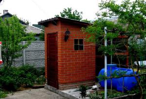 если Вы расположите туалет на даче из кирпича ближе чем на 30 метров от колодца, то испортите питьевую воду