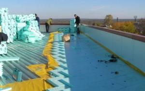 Можно утеплить крышу вспененным пенополистеролом, который покрывает поверхность ровным слоем без стыков