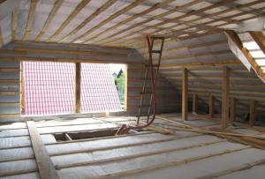 Отвечая на вопрос, чем утеплить крышу мансарды изнутри, абсолютное большинство строителей выбирает базальтовую вату в форме плит
