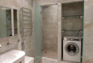 Полноценная ванна для маленькой ванной комнаты — не самый лучший вариант.