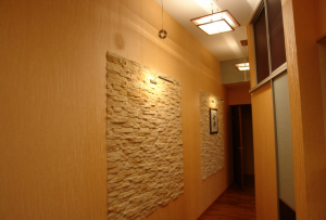 Самый популярный материал, с помощью которого осуществляется отделка стен в прихожей — это обои