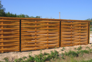 Самый простой способ построить забор — это построить забор из досок.