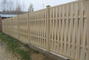 Есть и еще один способ сделать забор из досок оригинальным: использовать не обычные гладкие доски, а имитатор бревна, например, или же обработанные ветки или стволы деревьев.