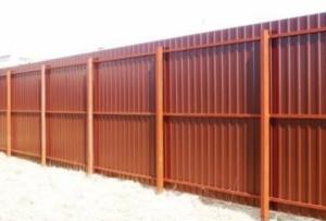 Забор из металлопрофиля будет стойким к коррозии