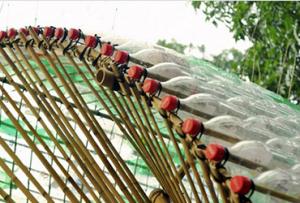 Оригинальный забор из подручных материалов получиться при использовании старых резиновых галош