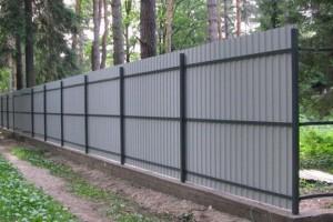 Правильный забор из профнастила – строим хорошо