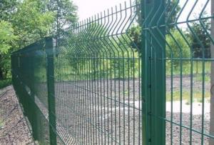 Забор из сварной сетки — одно из самых простых в установке прозрачных ограждений
