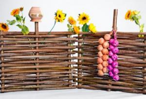 Забор из веток бывает трех разновидностей — с вертикальным плетением, горизонтальным и по диагонали